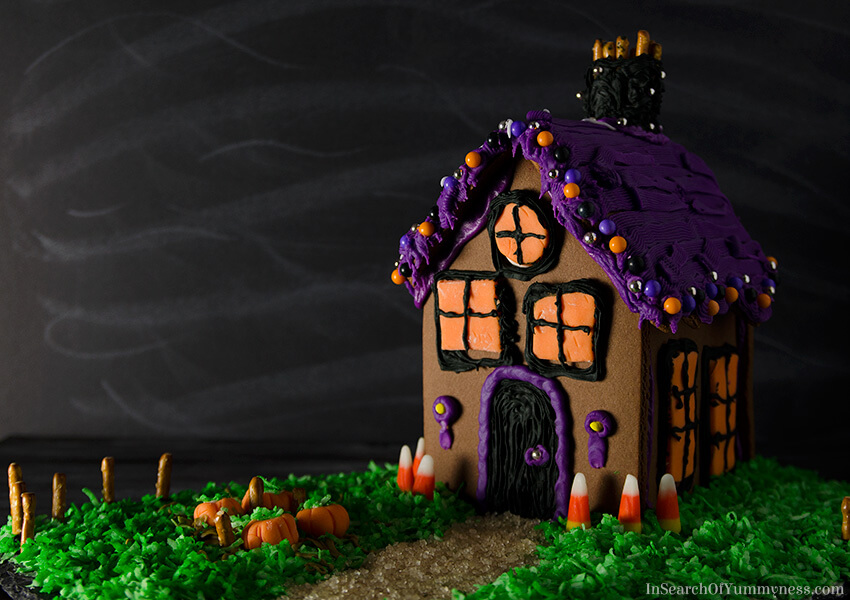 How to Decorate the Wilton Haunted Gingerbread Cookie House Kit | InSearchOfYummyness.com